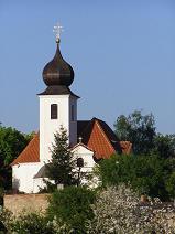 Kostel sv.Jiří, Vrané nad Vltavou nedaleko Prahy 5 - Zbraslavi, na jaře když kvetou stromy